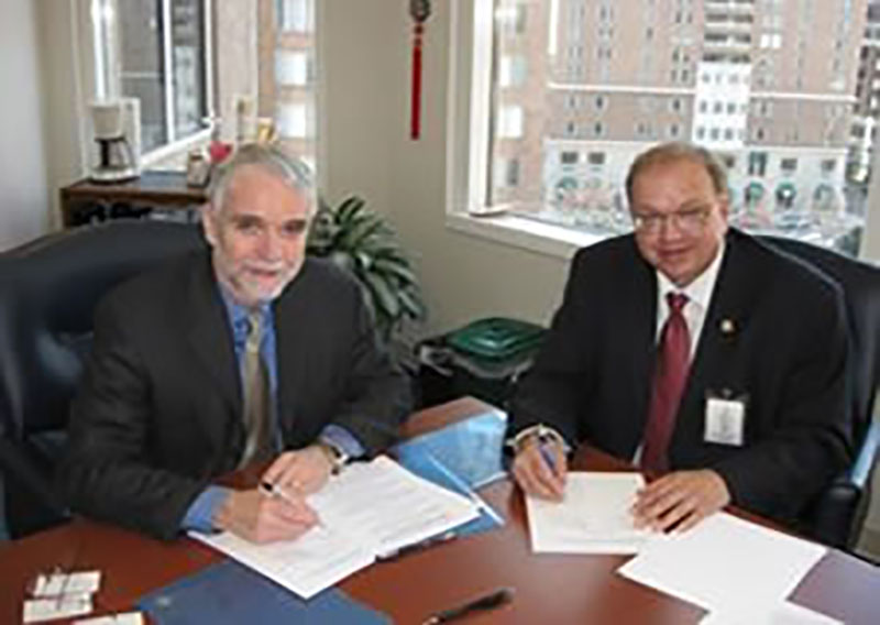 NSF Assistant Director Tim Killeen and AAPG Executive Director Rick Fritz sign new agreement. Photo courtesy of NSF
