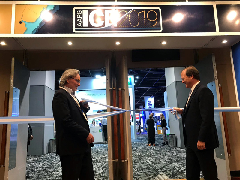 Secretary of Energy Gustavo Lopetegui and YPF CEO Daniel González inaugurating the ICE Buenos Aires exhibition